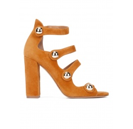 High block heel sandals in camel suede with buttons Pura López