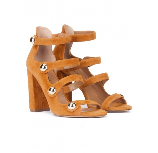 Sandalias de tacón ancho alto en ante camel con botones Pura L�pez