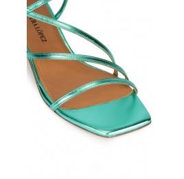 Sandalias metalizadas de tacón medio y puntera cuadrada en verde agua Pura López