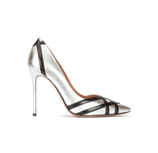 Zapatos de tacón alto en piel plateada con tiras en negro Pura L�pez