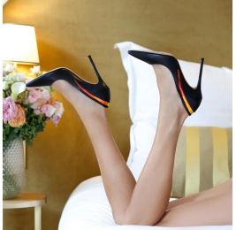 Pointy toe high pumps in black leather with detailed back Pura López