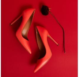 Zapatos de salón con punta afilada y tacón stiletto en piel coral Pura López