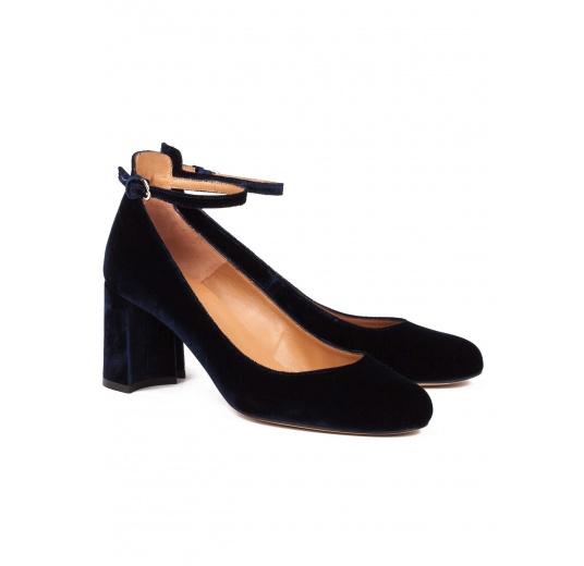 Zapatos de tacón medio en terciopelo azul noche con pulsera Pura López