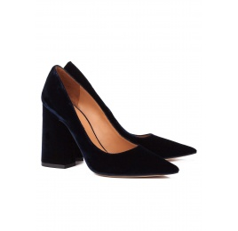 High block heel pumps in night blue velvet Pura López