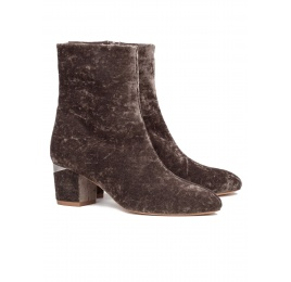 Mid heel ankle boots in army green velvet Pura López
