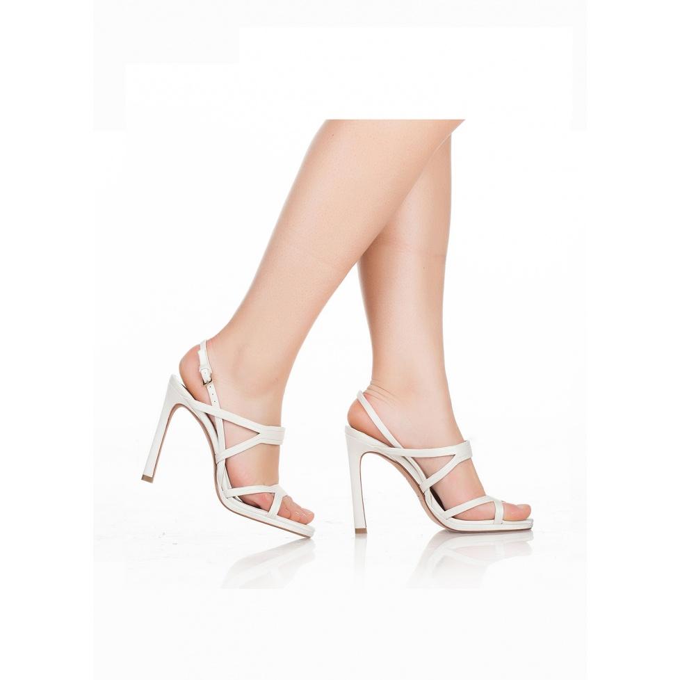 Sandalias de novia Pura López de tacón alto en raso blanco roto