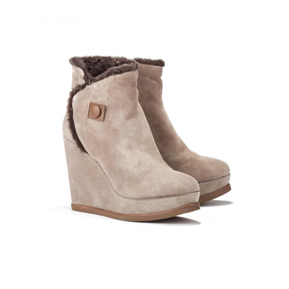 Botines de cuña en serraje topo - tienda de zapatos Pura López