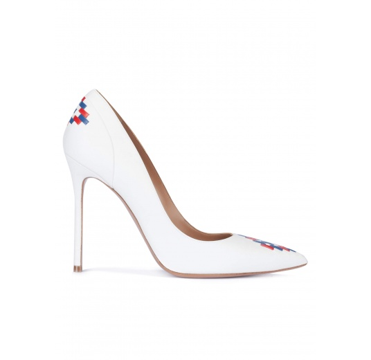White tribal detailed high heel pumps Pura L�pez