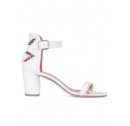 Sandalias blancas de tacón ancho con pulsera Pura López