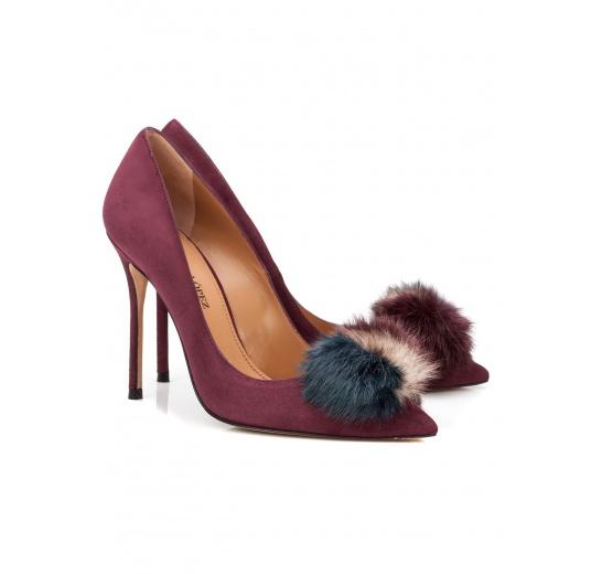 Zapatos de salón con tacón alto en ante berenjena con pompón Pura L�pez