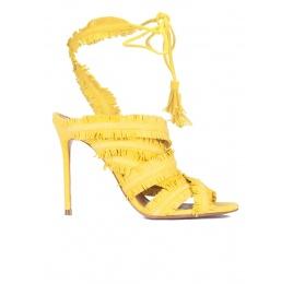 Sandalias amarillas de tacón con flecos Pura López
