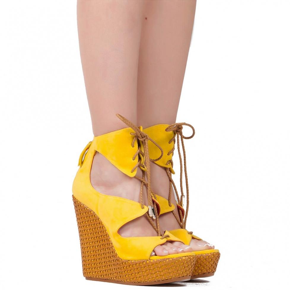 Sandalia de cuña en ante amarillo - tienda de zapatos Pura López