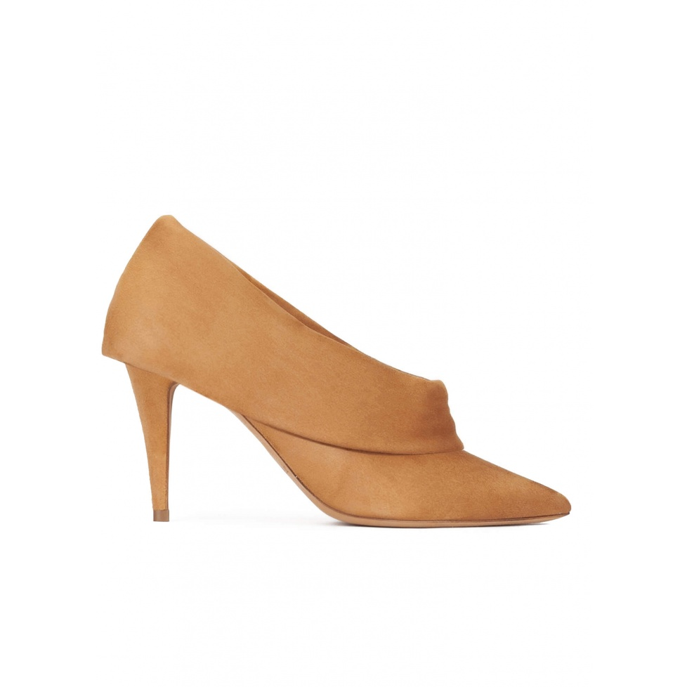 High heel point-toe shoes in camel suede