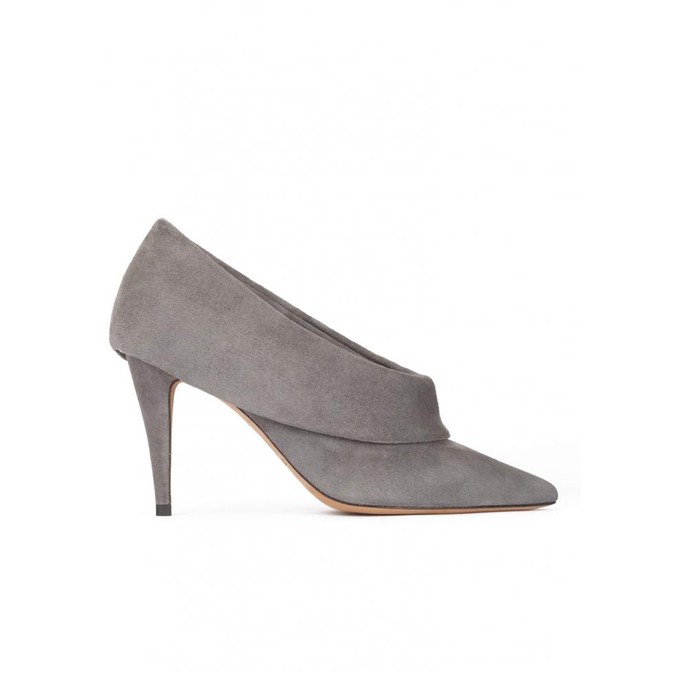 Zapatos abotinados de punta y tacón fino en ante gris