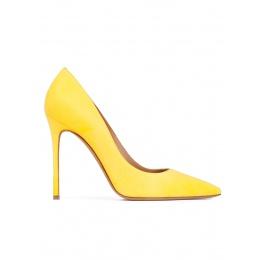 Zapatos de salón de punta fina y tacón stiletto en ante amarillo Pura López