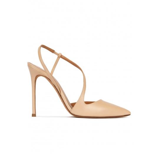 Zapatos destalonados con tacón stiletto y punta fina en piel beige Pura López