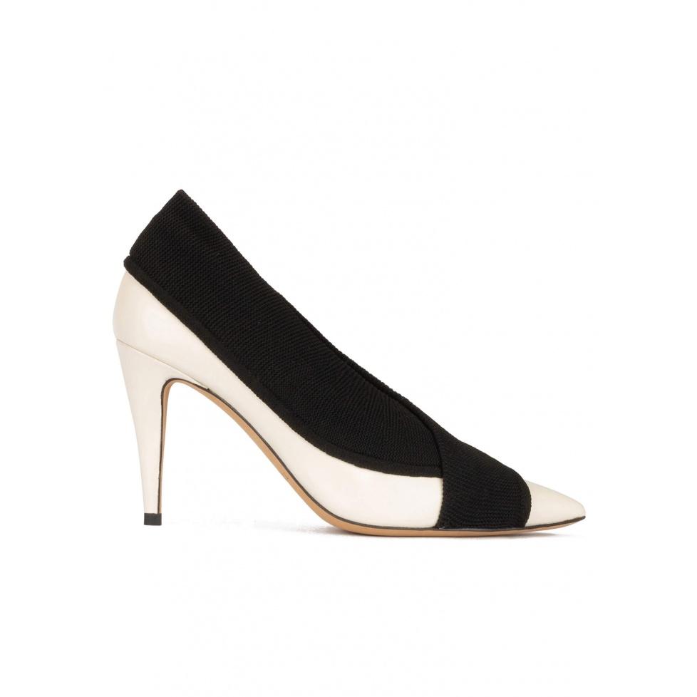 Zapatos blancos de piel con tacón alto y tejido negro