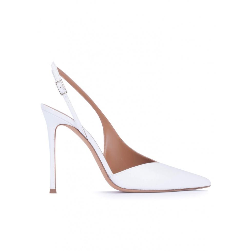 Zapatos destalonados de tacón alto y punta fina en piel color blanco