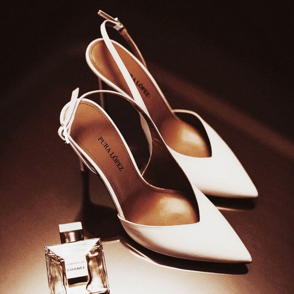 Zapatos blancos destalonados de tacón alto y punta fina