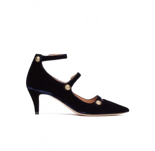 Zapatos de tacón medio en terciopelo azul noche con botones Pura López