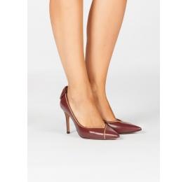 Zapatos de tacón alto en piel color burdeos con lazo en talón Pura López