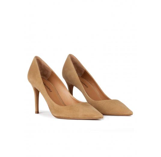 Zapatos de salón en ante camel con tacón alto y punta fina Pura López