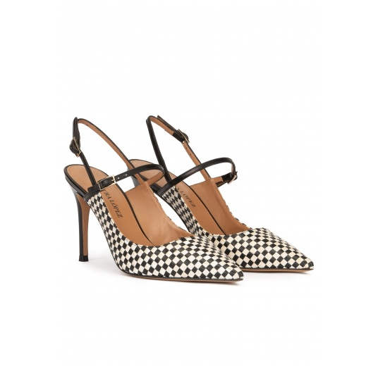 Zapatos destalonados en blanco y negro de punta fina y tacón alto Pura López
