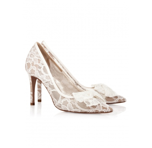 Pointy toe wedding pumps in white lace Pura L�pez