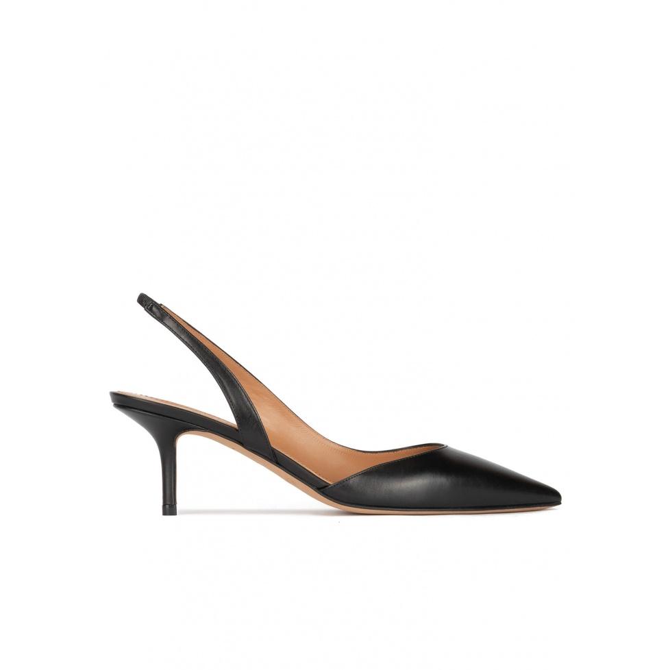 Zapatos negros de piel con tacón medio y punta fina