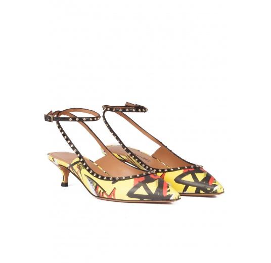 Zapatos de medio tacón con print grafiti y pulsera en el tobillo Pura L�pez
