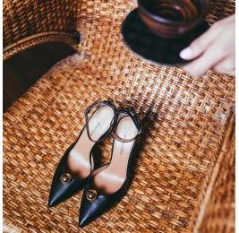 Zapatos negros de tacón alto y puntera fina con pulsera Pura López