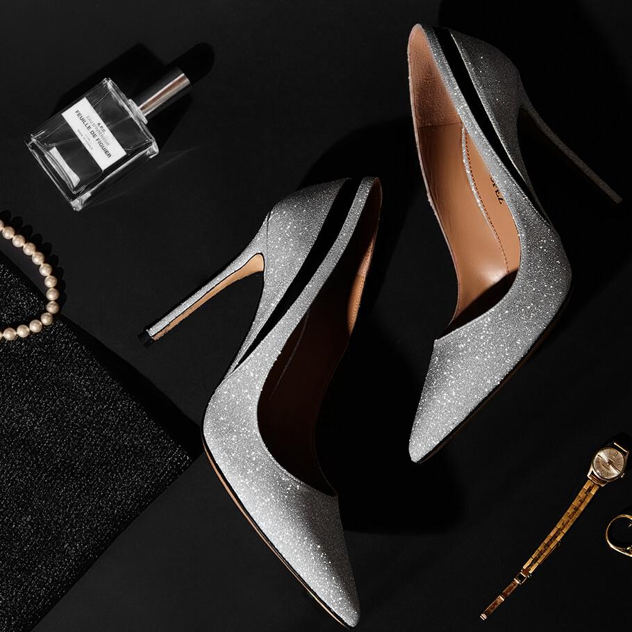 Zapatos de tacón stiletto y punta fina en glitter plateado