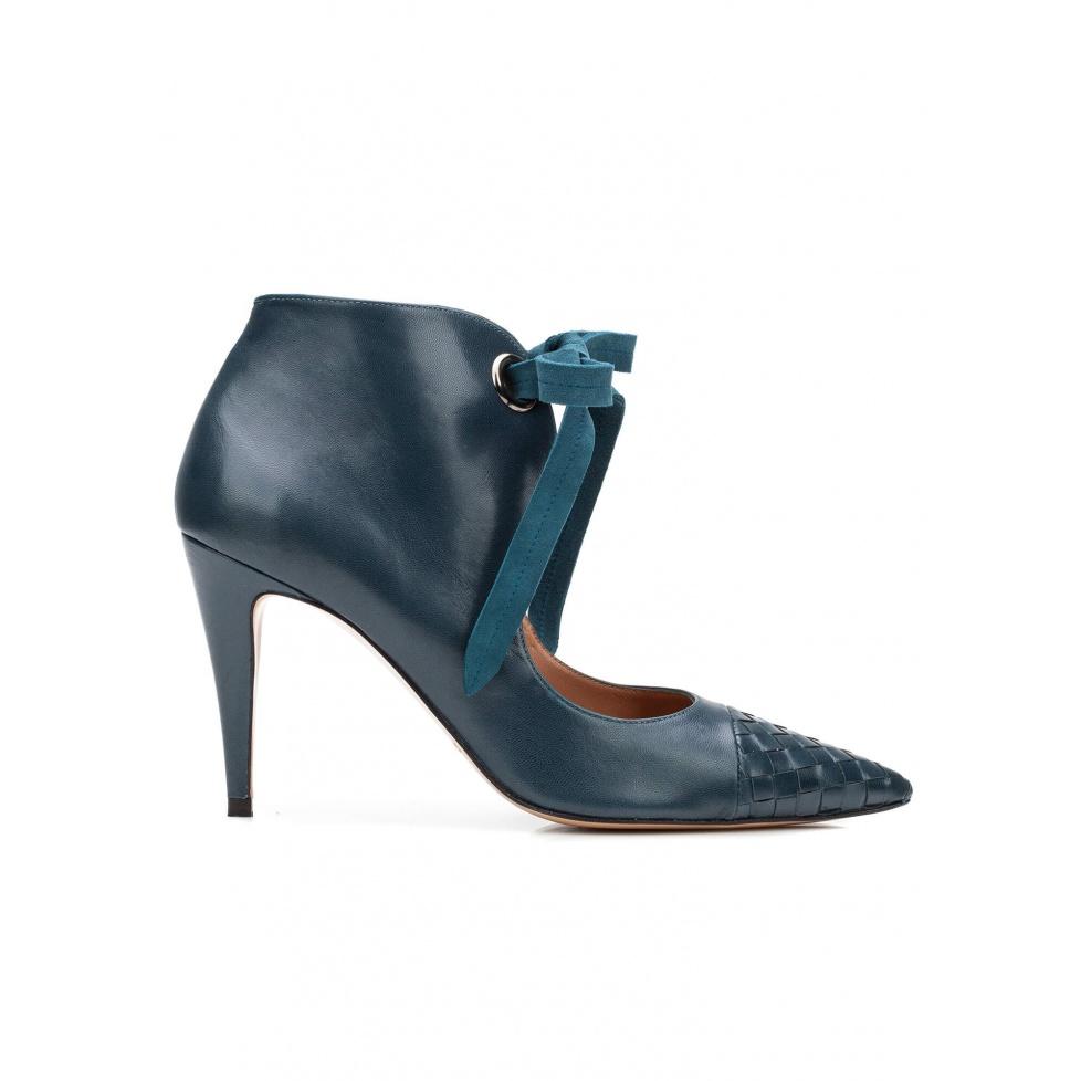Zapatos de tacón alto en piel azul petróleo con lazada