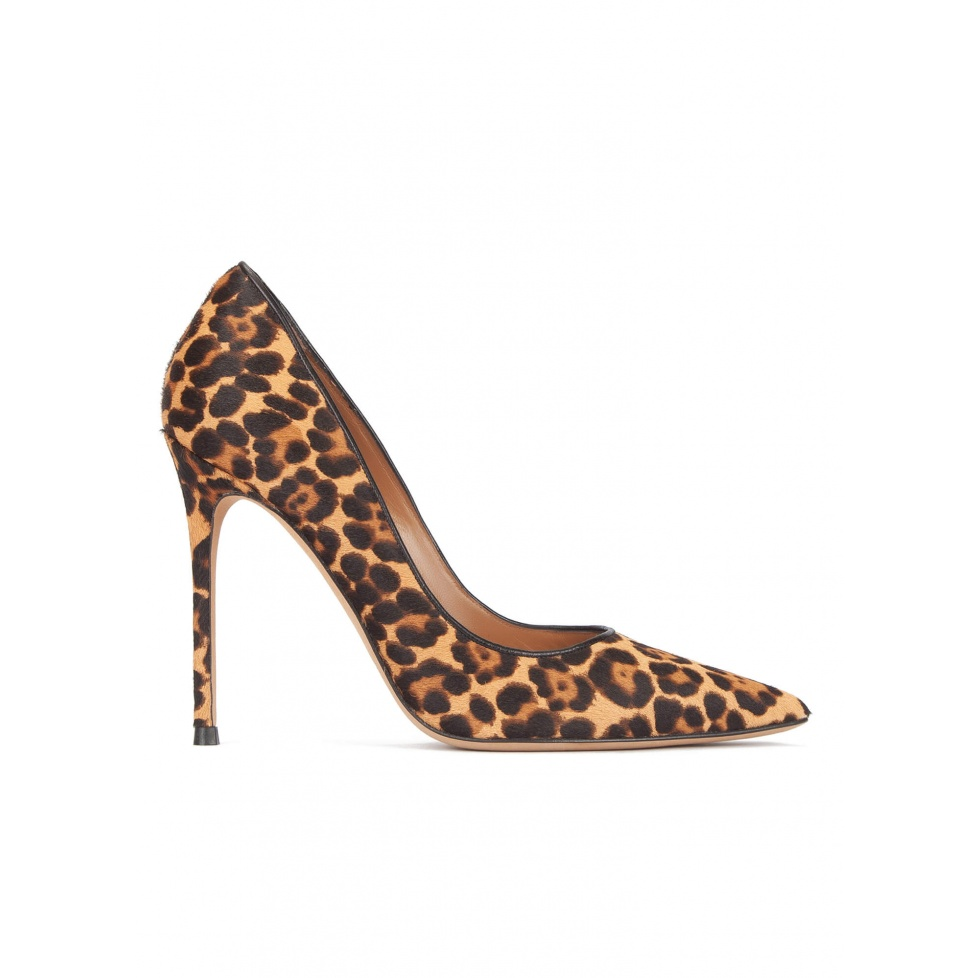 Heeled pointy toe pumps in leopard print hair