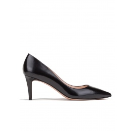 Mid heel pumps in black leather Pura López