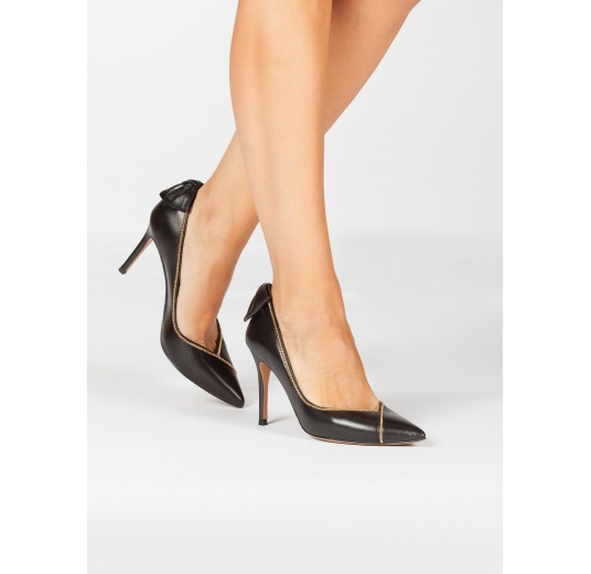 Bow-embellished pointed toe pumps in black leather Pura L�pez