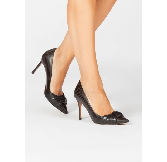 Knot-embellished heeled pumps in black calf leather Pura L�pez