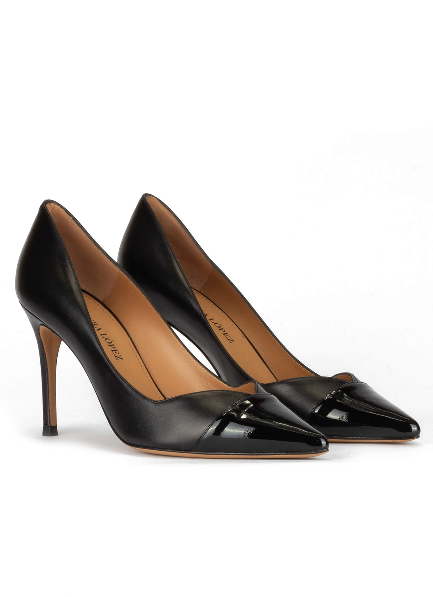 7d926d4bf3 Zapatos negros de tacón alto y punta fina en piel y charol . PURA LOPEZ