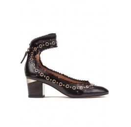 Zapatos de tacón medio en piel color negro con pulsera Pura López
