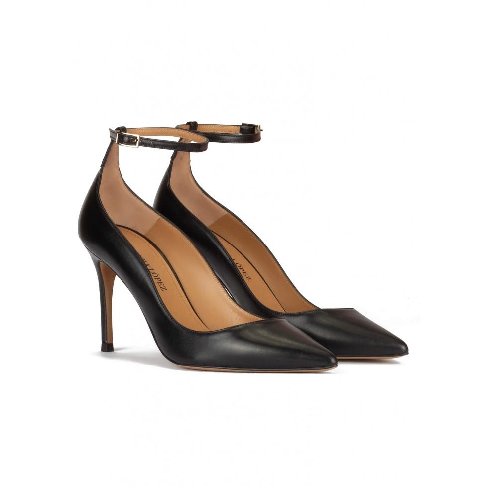 Zapatos negros de piel con punta fina y pulsera