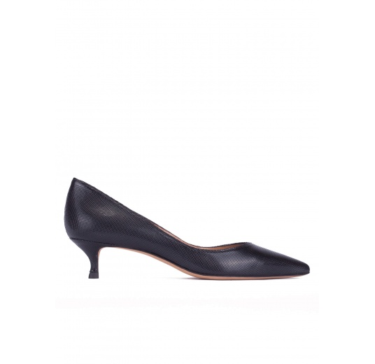 Mid-heeled pointed toe pumps in black textured leather Pura L�pez