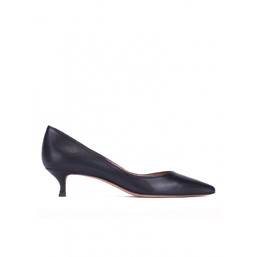 Mid-heeled pointed toe pumps in black textured leather