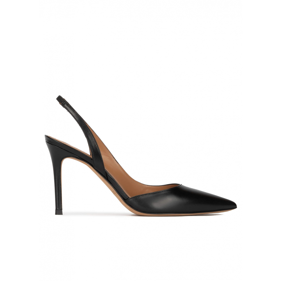 Zapatos destalonados negros de piel con tacón alto y punta fina