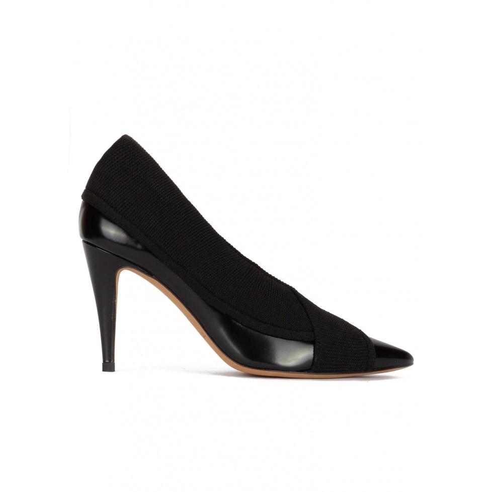 Zapatos negros de piel y tejido con tacón alto y punta fina