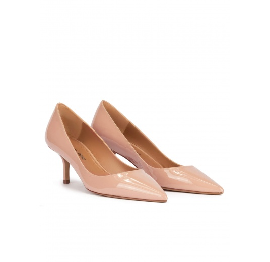 Mid heel pointy toe pumps in nude patent leather Pura López