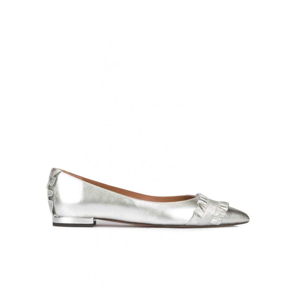 Ruffled point-toe flat shoes in silver leather