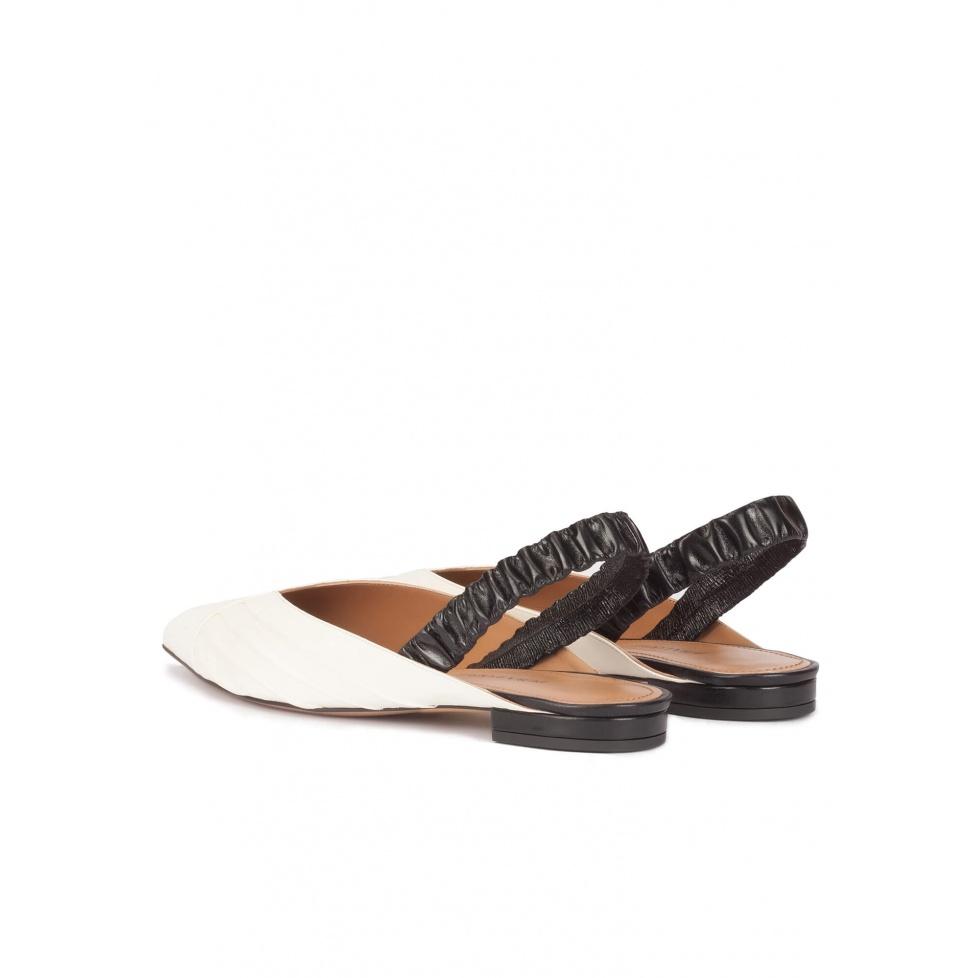 Zapatos planos de punta fina en piel blanco y negro