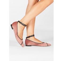 Zapatos planos de punta fina en terciopelo nude con pulsera en piel Pura López
