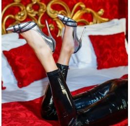 Zapatos de tacón alto en piel plateada con tiras en negro Pura López