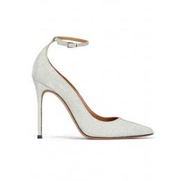 Zapatos de glitter plateado con tacón alto y pulsera en el tobillo Pura López